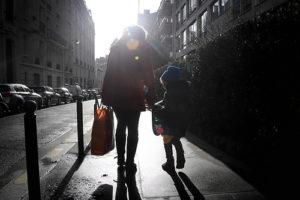 母と子が歩いている姿